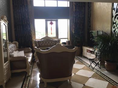 三梯四户 使用面积250平 七个房间 四房朝南
